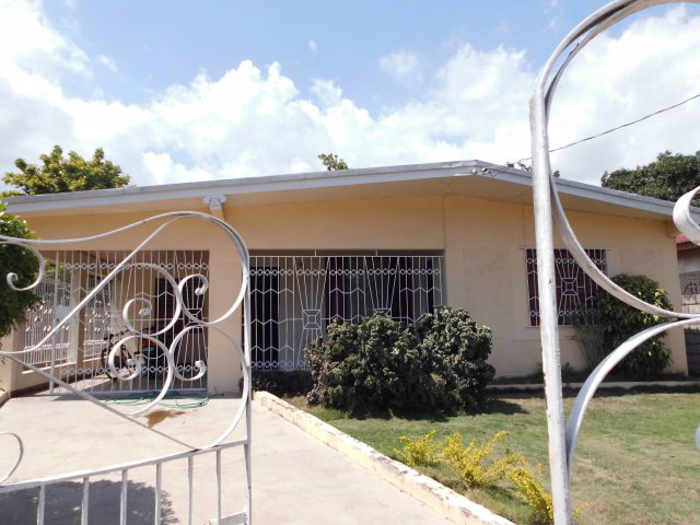 House for sale in three oaks gardens kingston st for Cost of building a house in jamaica