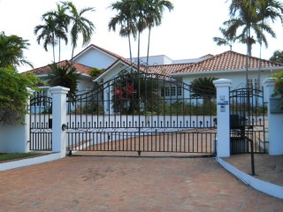 4 bed 5.5 bath House For Sale in WATERWORKS MANOR PARK, Kingston / St. Andrew, Jamaica